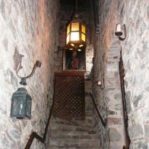Vers la chapelle situee a l'etage