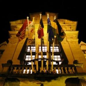 La facade de l'Hotel de Ville arborant ses drapeaux