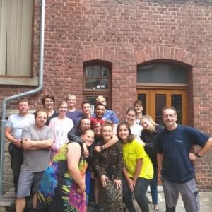 L'equipe des 12 jeunes encadres par une partie des partenaires : le Grand Fa, le Foyer Malmedien et le PCS