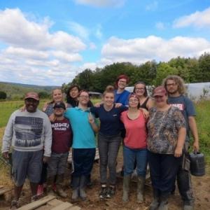 4 jeunes avec les beneficiaires et l'équipe educative de l'asbl CADRE
