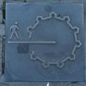 Les vestiges des anciens remparts sont rappeles sur le sol