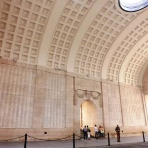 Les plaques murales reprenant les noms de 54 896 soldats britanniques et d'autres pays du Commonwealth, morts jusqu'au 15 aout 1917