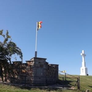 La croix centenaire et la tourelle d'observation