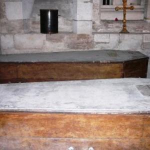 Cercueils en bois poses sur des treteaux