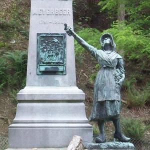 """La statue du monument Meyerbeer """" L'Ardennaise """""""