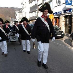 "Costume traditionnel "" Lu Grosse Police "" )"