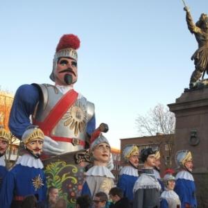 Les Geants pres de la statue de Jean Bart