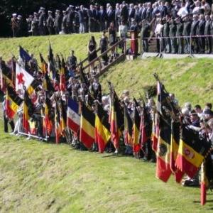 La tribune officielle avec la musique militaire et drapeaux