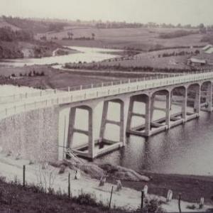 """D'une belle elegance, le pont de Haelen est termine. Seule petite critique : """" la faiblesse de son parapet a claire  voie ne semble pas devoir fournir assez de resistance, si quelque attelage emballe venait a le heurter """""""