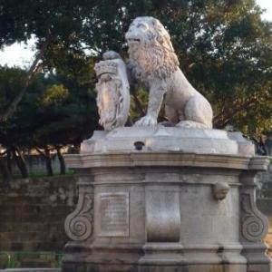 Lion a l'entree de la cite