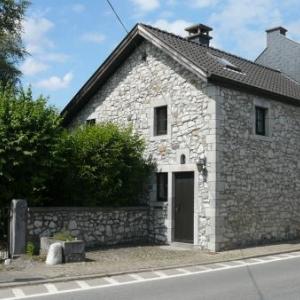 Maison avec son bac de pierre