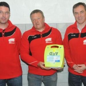 La Commission fiere de presenter le defibrillateur