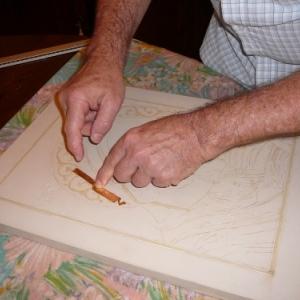 Dorure : Il faut eviter de deborder dans les rainures de la gravure, car apres en appliquant l' or, on risque d' avoir la mixtion qui deborde et encoller de l' or ou il n' en faut pas.