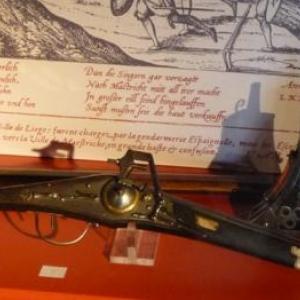Poudriere d'arquebusier ( vers 1600 ) et Pistolet à rouet ( 1587 )