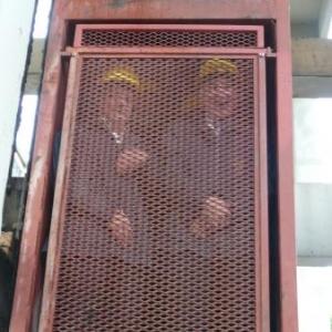 Une cage de descente a double etage ( +- 30 personnes)