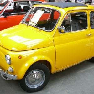 """Une Fiat 500 (""""pot de yaourt"""") expose en interieur"""