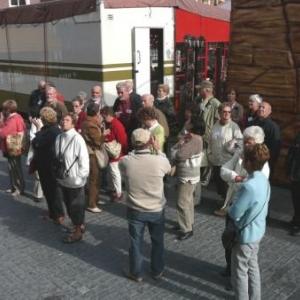 Delft : a l' ecoute des informations de la guide devant cet hotel de ville