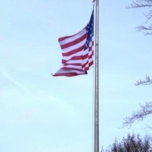 Le drapeau au haut du mat