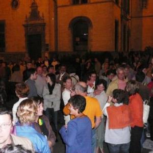Le public present devant l'Hotel de Ville
