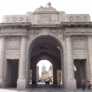La porte de Menin, un arc de triomphe imagine en 1921
