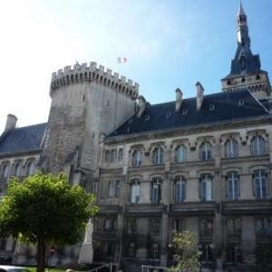 Hotel de ville ( 1865 ) Ancien chateau