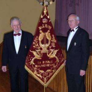 Alphonse Nicolet et Maurice Bragard encadrant la banniere de la Royale Malmedienne
