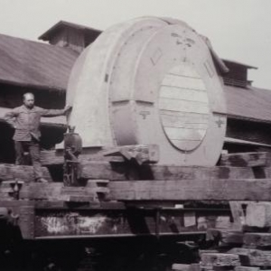 La construction du barrage fit egalement travailler un grand nombre d' ouvriers sous – traitants. Ainsi, l' arrivee d' un alternateur construit par la Societe d' Electricite