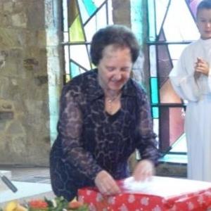 Lucy decouvre le cadeau offert par la communaute villageoise