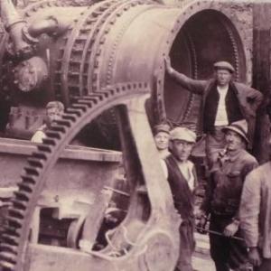 Ces ouvriers sont occupes au montage de la vanne qui va permettre l'ouverture et la fermeture du canal