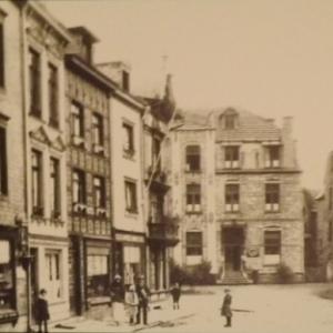 La Place du Commerce ( Contributions et Eglise des Capucins