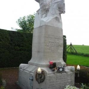 Le monument en bordure de la route Charlemagne