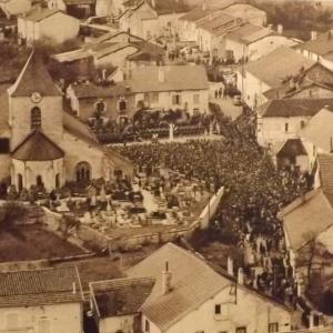 La foule dans Colombey le jour des funérailles