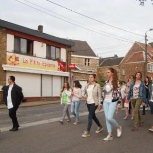 Les groupes se croisent dans le village