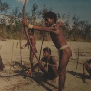 L'excellence au tir a l'arc est une activite indispensable a la survie pour toutes les generations