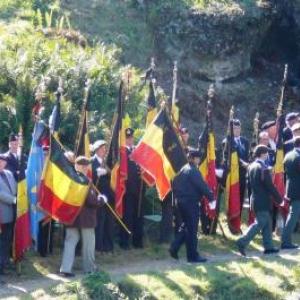 Les nombreux drapeaux presents, nationaux et autres