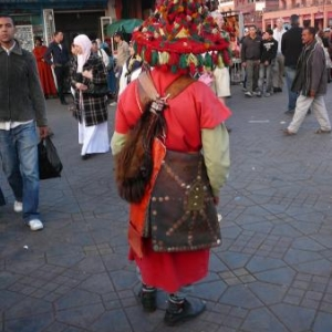 Un vendeur berbere d'eau aromatisee