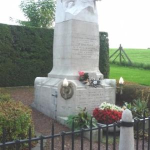 """Le monument en bordure de la """" Chaussee Charlemagne """""""