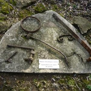 Bezonvaux : pieces metalliques trouvees dans les decombres