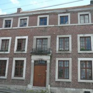 Maison avec facade de briques et petit balcon