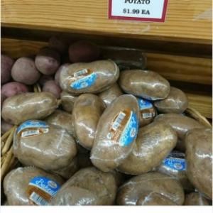 Emballage stupide : Des pommes de terre en robe de chambre en plastique.