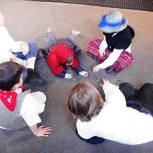 Les enfants et les jeux de billes