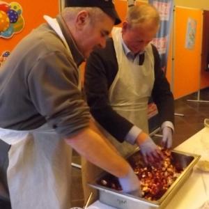 Preparation de la salade russe par le futur Trouv'le et par l'Echevin du Tourisme