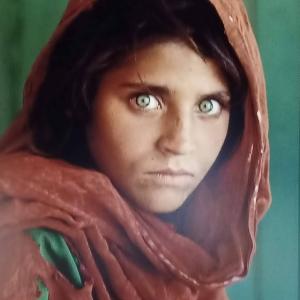 Portraits iconiques : jeune fille afghane