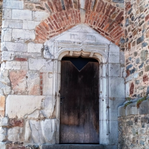 Porte latérale de la tour
