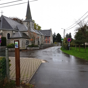 Comme ici à Eynatten, les premiers piliers en bois ont été installés pour le système des points-noeuds. (Photo ©ostbelgium.eu)