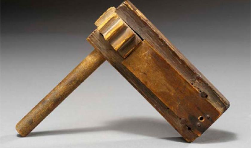 Ratata. On voit la lame de bois qui va faire du bruit sur la roue crantee.