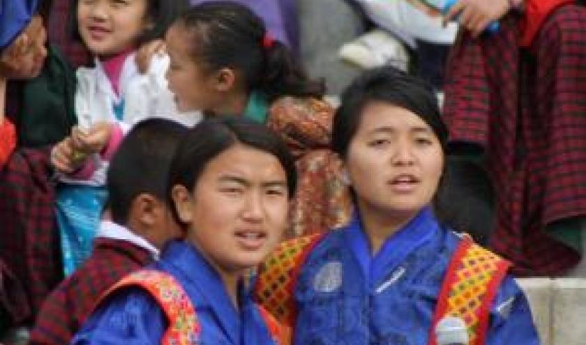 schoolmeisjes in typische klederdracht