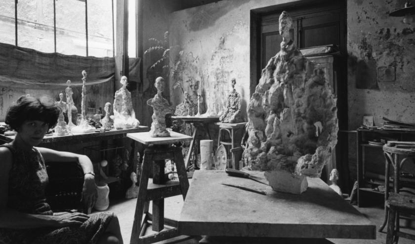 Annette Giacometti dans l'atelier © Photo Sabine Weiss, 1966 © succession Alberto Giacometti SABAM2020