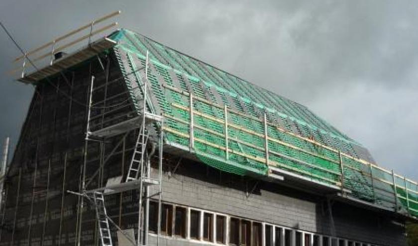 Les travaux ont debute sur un versant du toit