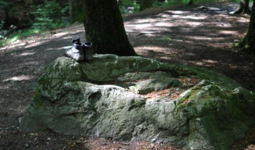 """Les godillots deposes sur la pierre """"El marede"""" pour reparation."""